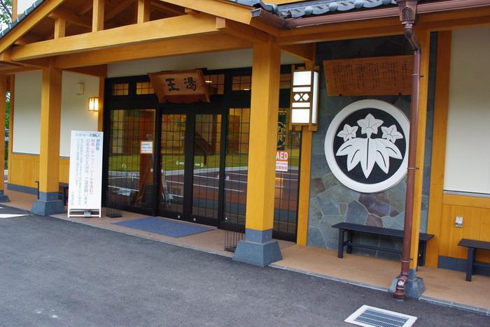 玄関脇には笹竜胆の家紋