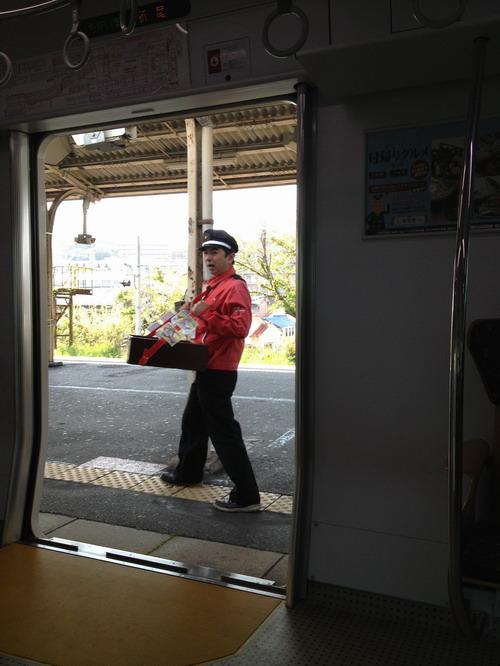 折尾駅の弁当売り