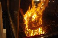 藁焼きされているカツオ