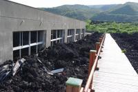 溶岩に埋もれた小学校