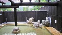 露天風呂は高い塀で囲まれている