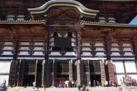 元旦には唐破風下の観相窓が開き大仏様を外から拝むことができる
