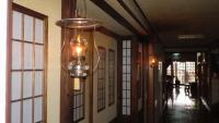 廊下にはランプが灯っている