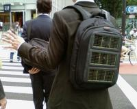 背中のバッグにソーラーパネル