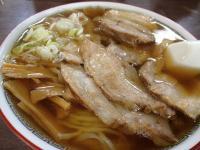 澄んだスープと厚めのチャーシュー